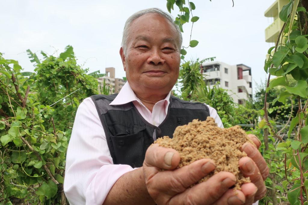 Professeur Teruo Higa dans son jardin à Okinawa