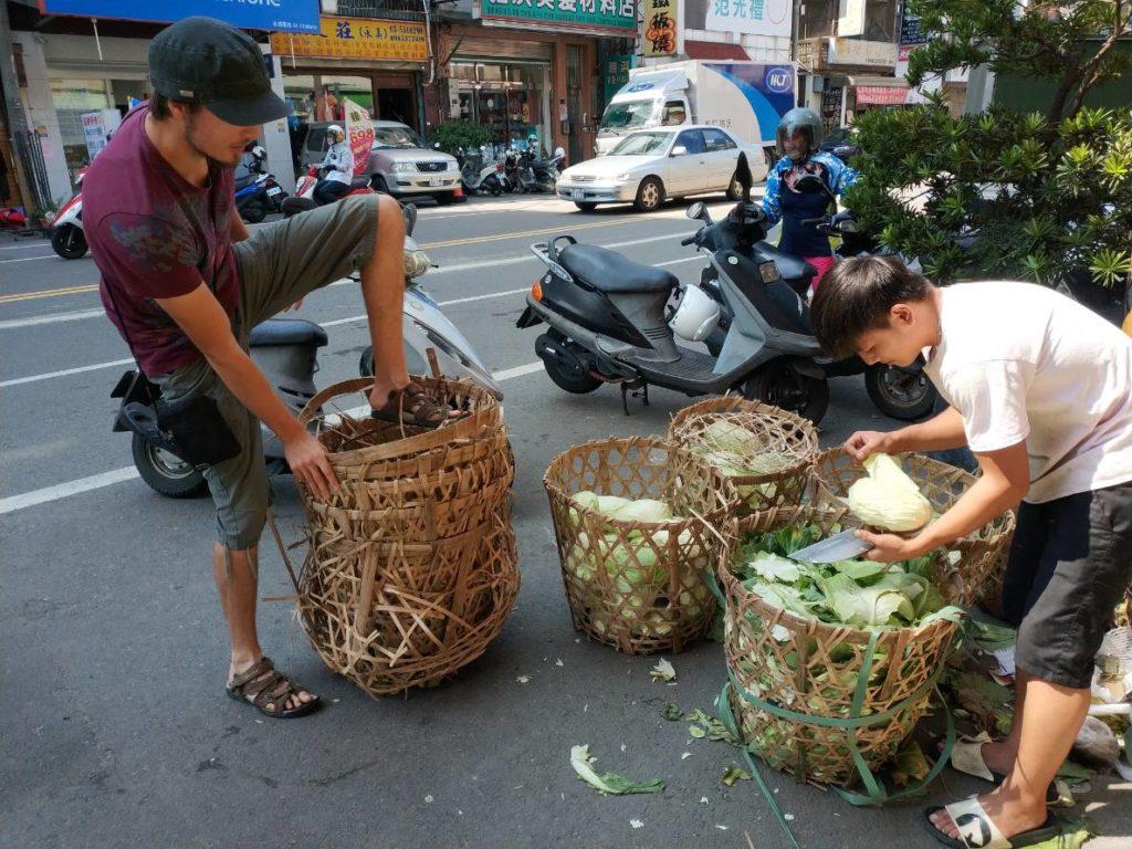 collecte des paniers en bambou au marché