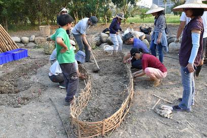 recyclage des paniers en bambous pour faire la bordure du sol nourricier